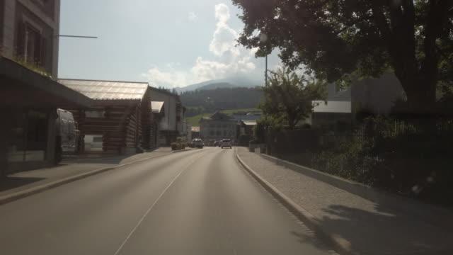 fpv blick auf die stadt laax flims im kanton graubünden in der schweiz - dorf stock-videos und b-roll-filmmaterial