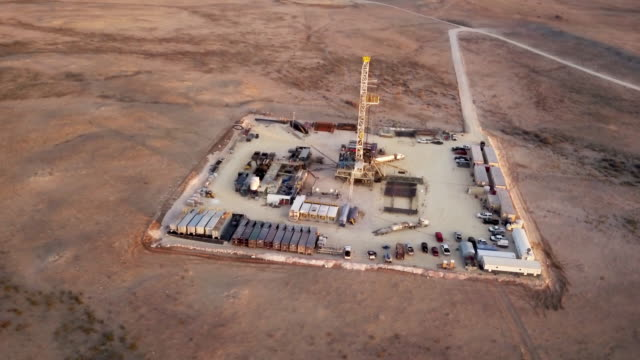 vídeos de stock, filmes e b-roll de fracking perfuração ao entardecer ou amanhecer - boca de poço