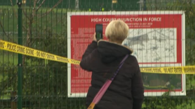 preston new road protest site; england: lancashire: preston new road: ext banners, signs, caution tape hung on fences at cuadrilla site / woman... - protesta anti fracking video stock e b–roll