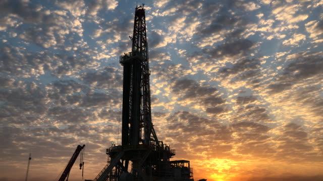vídeos y material grabado en eventos de stock de plataforma de fracking al atardecer - irak