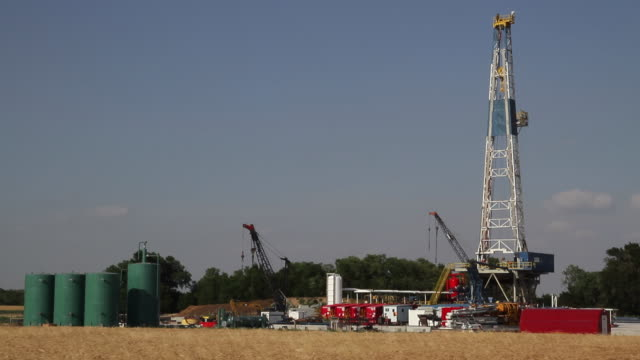 fracking rig - oil industry stock videos & royalty-free footage