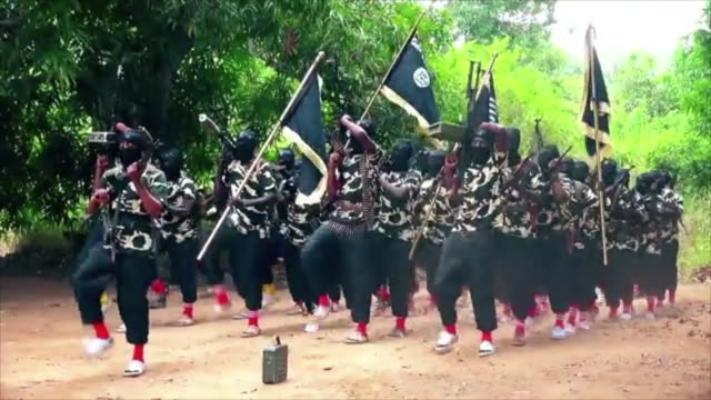 fragment of al shabaab video showing extremist al shabaab fighers marching in kenya - militante gruppe stock-videos und b-roll-filmmaterial