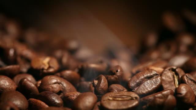 香り豊かな炒めたコーヒー豆 - コーヒー豆点の映像素材/bロール