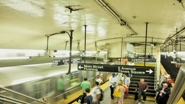 vídeos y material grabado en eventos de stock de frame rate 15, 42nd street grand central terminal, number 7 subway platform, midtown manhattan, new york city, usa time lapse, grand central... - 2013