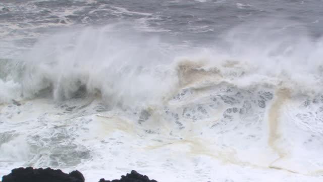vídeos y material grabado en eventos de stock de frame-filling wave and narrow line of rocks - artbeats