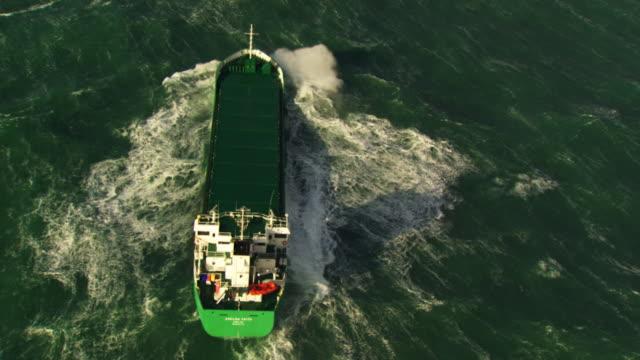 vídeos y material grabado en eventos de stock de france, bretagne: cargo boat cleaving through waves - buque de carga
