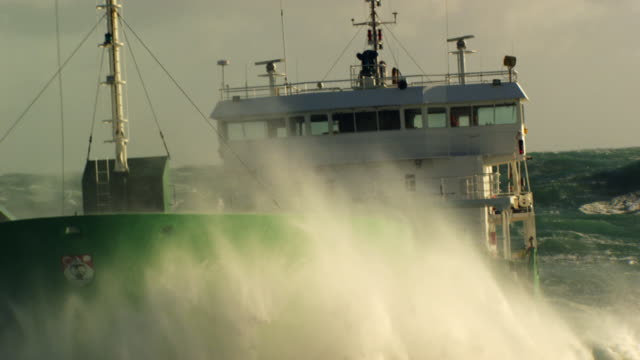 france, bretagne: cargo boat cleaving through waves - 船舶 個影片檔及 b 捲影像
