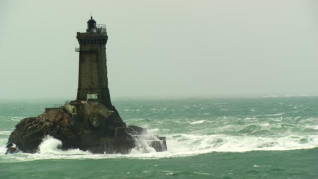 "france, bretagne: ""la vieille"" lighthouse - bretagna video stock e b–roll"