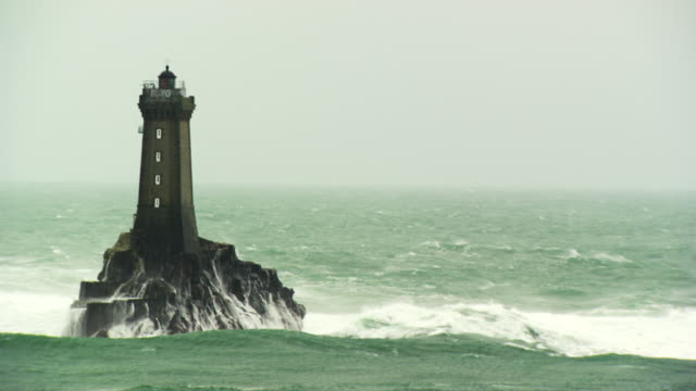 "france, bretagne: ""la vieille"" lighthouse - ブルターニュ点の映像素材/bロール"