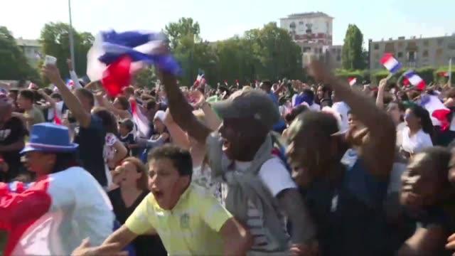 stockvideo's en b-roll-footage met france fans in bondy kylian mbappe's birthplace celebrate france's opening goal in the world cup final against croatia - geboren in