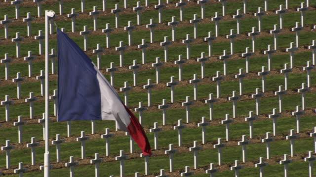 france, metz lorraine: french flag waving over grave - lorraine bildbanksvideor och videomaterial från bakom kulisserna