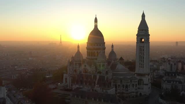 vídeos y material grabado en eventos de stock de france, montmartre sacré-coeur basilica in paris, drone aerial view during sunset - basílica del sagrado corazón de montmartre