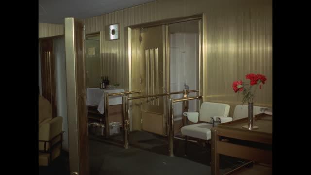 vídeos de stock, filmes e b-roll de 1968 - ss france ocean liner - chambord dining room - jantar sofisticado