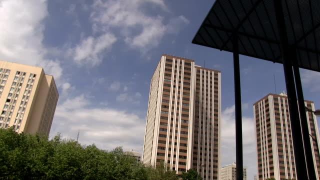 vidéos et rushes de france, paris, belleville neighborhood, tall buildings in place des fetes - banlieue pavillonnaire