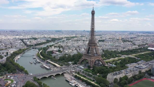 vidéos et rushes de france, paris cityscape with eiffel tower, bir-hakeim bridge and seine river, drone aerial view - town