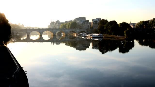 france paris pont alexandre 111 bridge river seine eiffel tower sunset - アレクサンドル3世橋点の映像素材/bロール