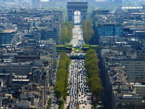 vidéos et rushes de france, paris, traffic moving through arc de triomphe, elevated view - arc élément architectural
