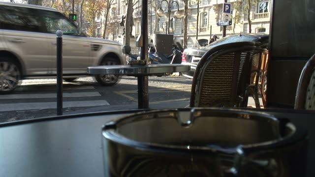 vidéos et rushes de (hd1080i) en france: angle de café parisien - panneau de rue