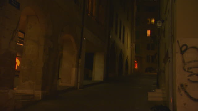 francedark alley at night - gasse stock-videos und b-roll-filmmaterial