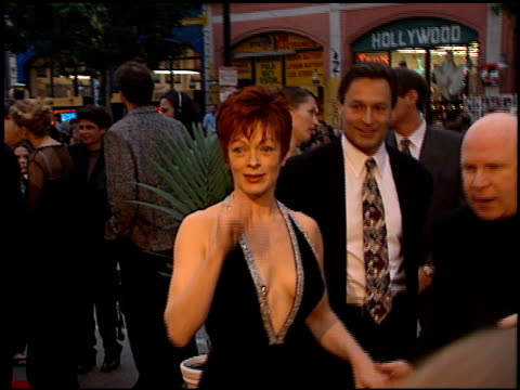 frances fisher at the 'titanic' premiere at grauman's chinese theatre in hollywood california on december 14 1997 - premiere stock-videos und b-roll-filmmaterial