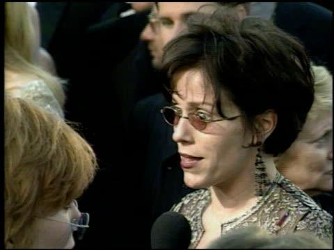 vídeos de stock e filmes b-roll de frances mcdormand at the 1998 academy awards arrivals at the shrine auditorium in los angeles california on march 23 1998 - 70.ª edição da cerimónia dos óscares