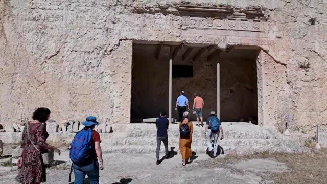 francia anuncio el jueves que suspende las visitas a la tumba de los reyes en jerusalen este sitio del que es propietaria tras los incidentes... - arqueologia stock videos & royalty-free footage