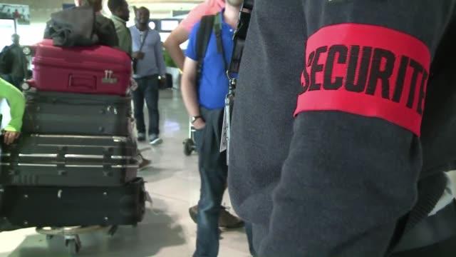 francia anuncio el viernes el refuerzo de las medidas de seguridad en sus aeropuertos para los vuelos hacia estados unidos a pedido de washington que... - terrorismo stock videos & royalty-free footage