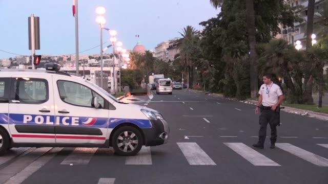 francia desperto de luto el viernes luego de que un hombre atropellara a 84 personas en niza en un acto calificado por el gobierno de terrorista - luto stock videos and b-roll footage