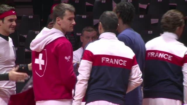 vídeos y material grabado en eventos de stock de francia y suiza terminaron la primera jornada de la copa davis con un empate 1-1 en la final de este viernes en lille donde roger federer pudo jugar... - viernes