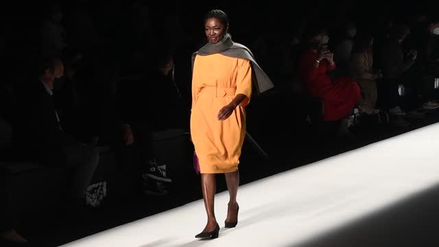 francine galvez walks the runway at the angel schlesser fashion show during mercedes benz fashion week madrid april 2021 at ifema on april 10, 2021... - sin editar bildbanksvideor och videomaterial från bakom kulisserna
