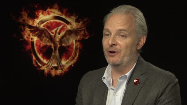 stockvideo's en b-roll-footage met francis lawrence on jennifer lawrence's singing voice and how hard jenifer found the singing scenes at the hunger games: mockingjay, part 1 junket - taaiheid
