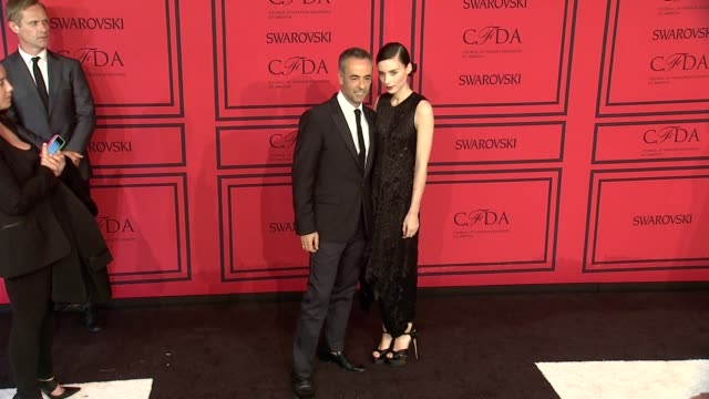 vídeos de stock, filmes e b-roll de francisco costa and rooney mara at 2013 cfda fashion awards arrivals at alice tully hall on june 03 2013 in new york new york - rooney mara