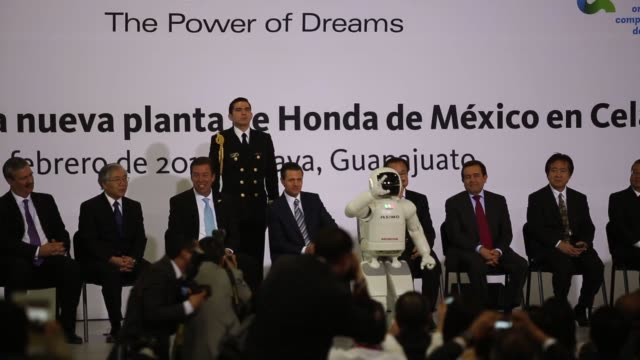 stockvideo's en b-roll-footage met francisco nicolas gonzalez diaz of promexico, from left, tetsuo iwamura, executive vice president of honda motor co., miguel marquez, governor of the... - plant stage