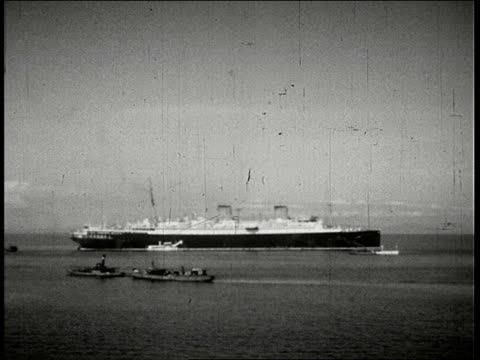 vidéos et rushes de franconia ii ocean liner pan across sampans and steamers to the hong kong and macao steamer liner shed / hong kong - 1930