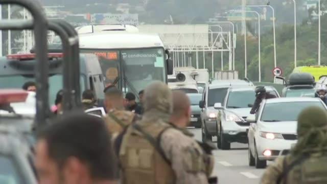 stockvideo's en b-roll-footage met francotiradores de la policia brasilena abatieron a un individuo que el martes mantuvo durante casi cuatro horas como rehenes a los pasajeros de un... - puente