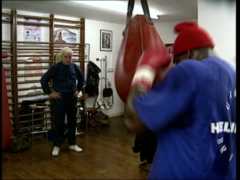 stockvideo's en b-roll-footage met frank bruno taken to mental hospital; lib bruno hitting punchbag as training in gym bruno hitting medicine ball as traning tx 22.9.2003/nat - vrijetijdsfaciliteiten