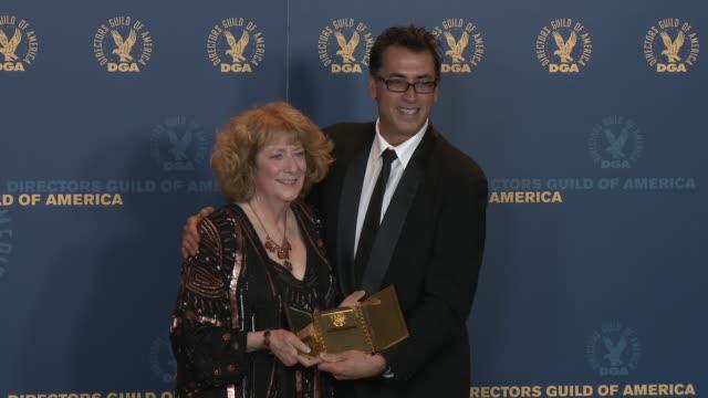 vídeos de stock, filmes e b-roll de frank capra iii susan zwerman at 65th annual directors guild of america awards press room 2/2/2013 in hollywood ca - frank capra