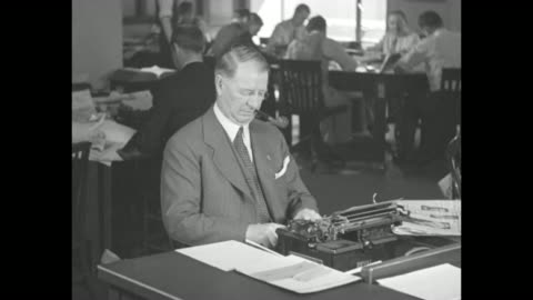 vidéos et rushes de frank knox, republican nominee for vice president smokes pipe / knox, pipe in mouth, types on typewriter in chicago daily news newsroom; he is... - editorial