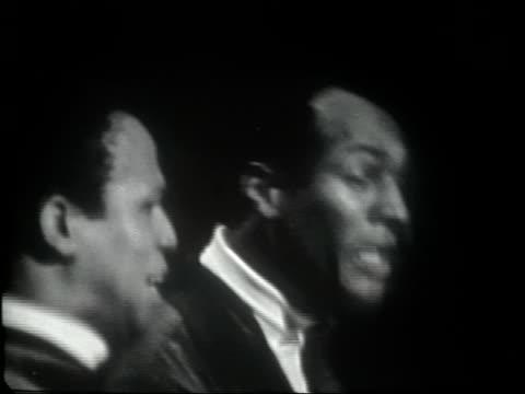 stockvideo's en b-roll-footage met frank sinatra jr introduces joe eddie who perform swing down chariot - gospelmuziek