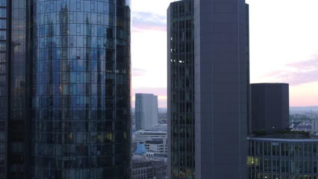 vidéos et rushes de frankfurt, drone, skyline - zoom avant