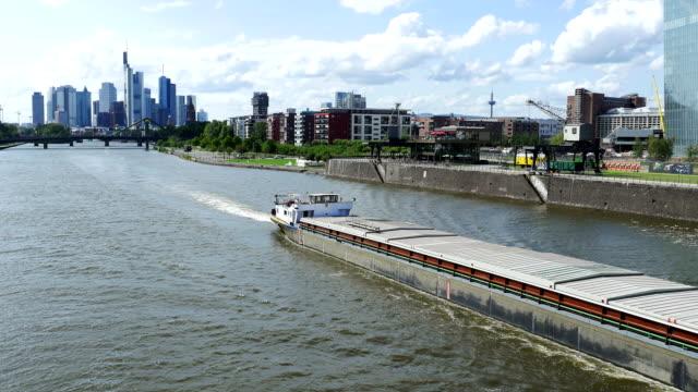 Frankfurter Skyline mit Main (4 k UHD zu/HD)