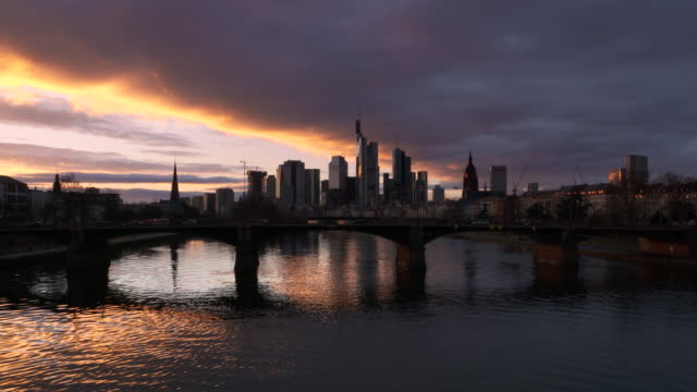 frankfurt skyline at sunset. - establishing shot点の映像素材/bロール