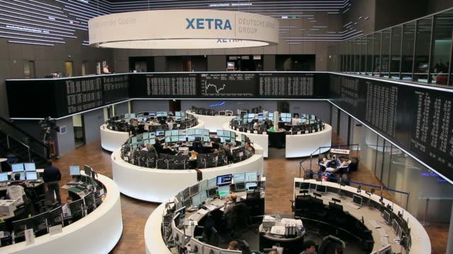 ws pan  frankfurt stock exchange / frankfurt/main, hesse, germany - market trader stock videos & royalty-free footage