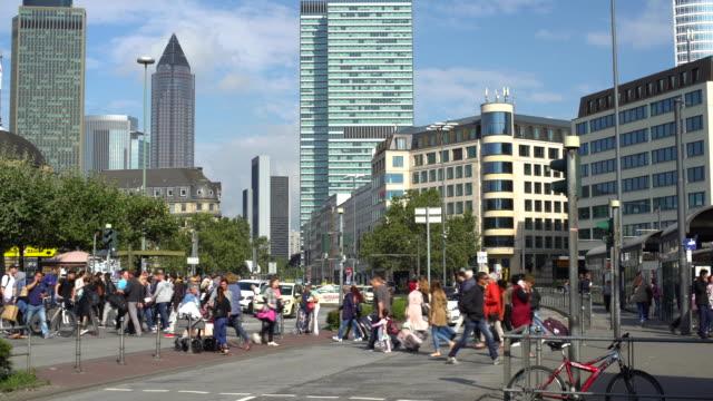 frankfurt, zeitraffer, in bahnhofsnähe - verkehr im zeitraffer stock-videos und b-roll-filmmaterial