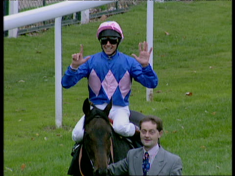 frankie dettori on fujiyama holds up seven fingers after completing his magnificent seven consecutive winners, ascot; 29 sep 96 - イギリス アスコット競馬場点の映像素材/bロール