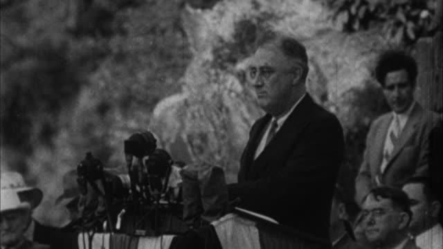 franklin d roosevelt having speech outdoors / usa - 1932年点の映像素材/bロール