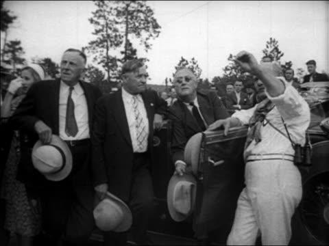 vidéos et rushes de franklin d roosevelt other men at car at mt rushmore unveiling ceremony / newsreel - monument national du mont rushmore