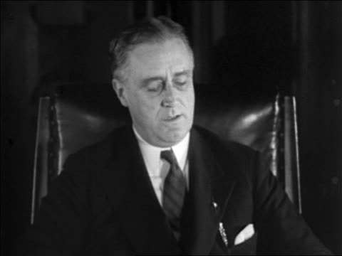 vidéos et rushes de franklin delano roosevelt sitting in chair speaking / documentary - 1928