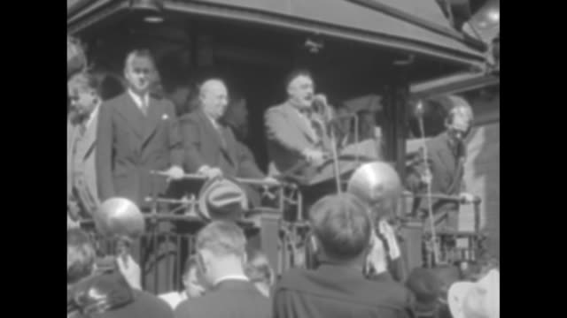 vídeos de stock e filmes b-roll de franklin roosevelt speaking from back platform of railcar, can see eleanor roosevelt behind him and men beside him including former governor james m.... - locomotiva a vapor