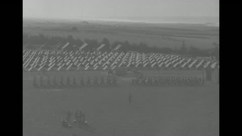 vidéos et rushes de franklin roosevelt's jeep motorcade drives on the grounds of camp anfa, where the 3rd battalion of the 30th infantry is assigned to guard him and his... - infanterie